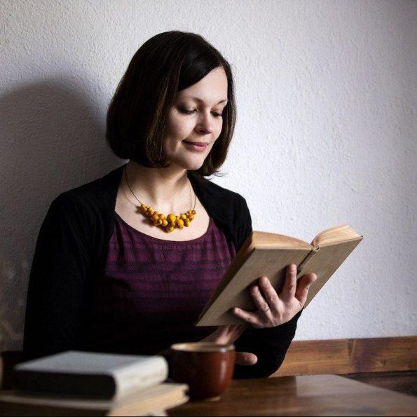 Dřevěný náhrdelník Wooden Foam na obruči na modelce žlutý